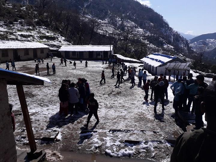 हिमपातले जनजीवन कष्टकर बन्दै, वार्षिक परीक्षामा लेख्न विद्यार्थीलाई समस्या