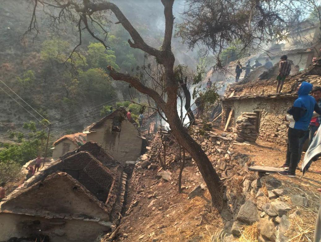 कालीकाेटकाे खोली बजारमा आगलागी हुँदा ६ घर जलेर नष्ट