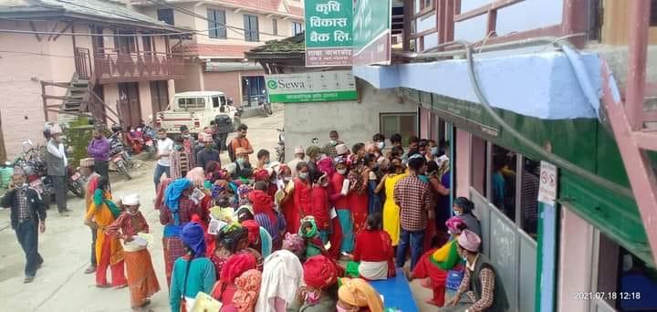 रोजगारीको पैसा पाउन सास्ती : गाउँमा बैंक नहुँदा सदरमुकाम धाउनुपर्ने बाध्यता