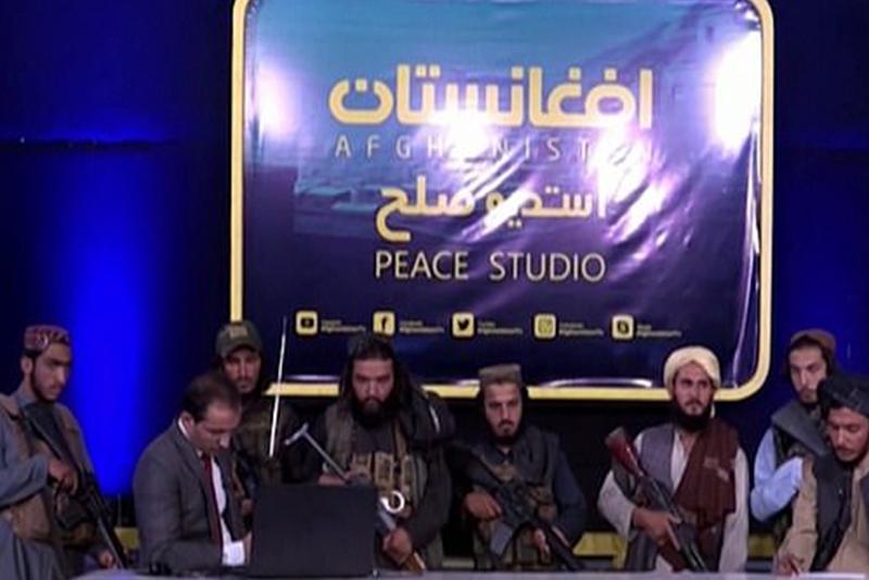 समाचार पढिरहेका प्रस्तोता माथि तालिबानले तेर्सायो बन्दुक